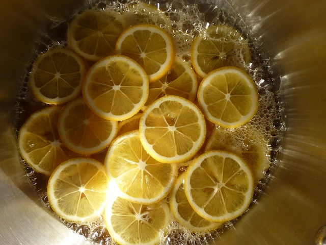 Lemon slices in the pot