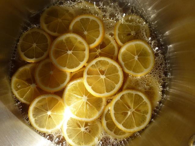 Lemon slices in the pot